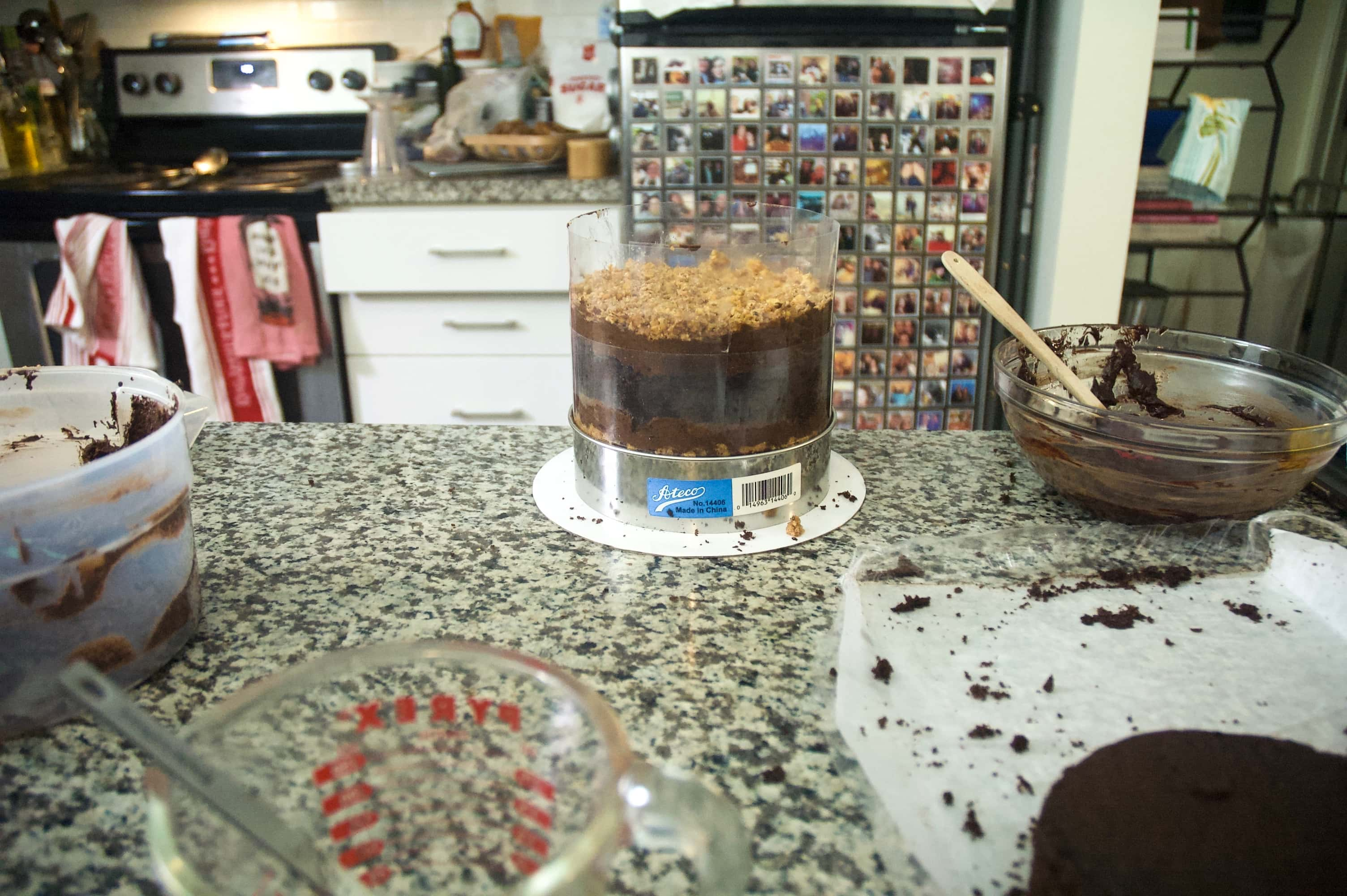 This image is the same as the previous one, only a second layer of cake has been added, along with another layer of frosting and another layer of hazelnut crunch. A second sheet of acetate has been added to give more room to build the cake even taller.